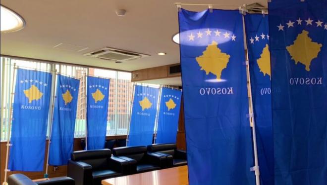Kryetari i një komune në Japoni e dekoron zyrën me flamuj të Kosovës