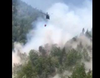 Pamje teksa helikopteri ndihmon në shuarjen e zjarrit që kaploi malet në Rugovë