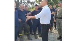 Moment gazmor gjatë mbërritjes së ministrit të Mbrojtjes në Kukës, zjarrfikësi i kërkon një pako cigare
