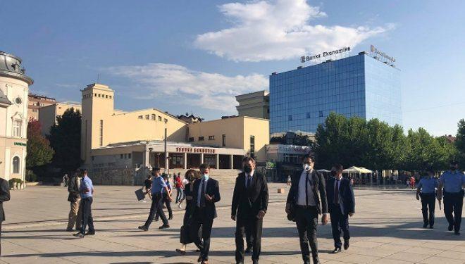Lajçak në Kosovë, viziton zyrën e BE-së