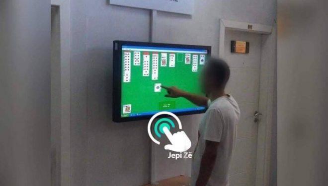 Sistemi elektronik s'funksionon, qytetari tallet duke luajtur me letra në objektin e komunës