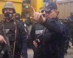 Protestën nuk ua ndalojmë, pjesëtari i Policisë së Kosovës iu flet shqip protestuesve serb në veri (Video)