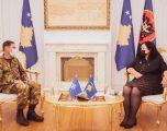 Presidentja Osmani dekoron me medalje komandantin e KFOR-it, me rastin e përfundimit të mandatit